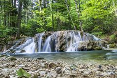 Pequeña cascada en el río Fotos de archivo