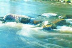 Pequeña cascada en el río Fotografía de archivo