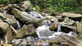 Pequeña cascada en el río de la montaña almacen de metraje de vídeo