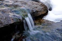 Pequeña cascada en invierno fotografía de archivo