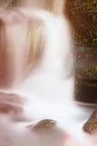 Pequeña cascada en la pequeña corriente de la montaña, bloque cubierto de musgo de la piedra arenisca La agua fría clara es prisa Imagen de archivo
