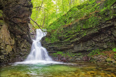 Pequeña cascada en montañas balcánicas Foto de archivo libre de regalías
