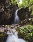 Pequeña cascada en Ossetia del norte imagenes de archivo