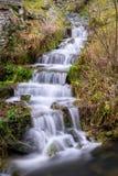 Pequeña cascada en Sajonia en una colina verde imagen de archivo libre de regalías