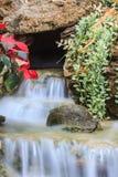 Pequeña cascada en un jardín Foto de archivo