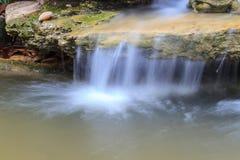 Pequeña cascada en un jardín Fotografía de archivo libre de regalías