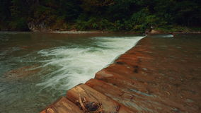 Pequeña cascada en un río metrajes
