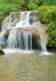 Pequeña cascada hermosa en Tailandia imagen de archivo