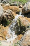 Pequeña cascada pintoresca Foto de archivo libre de regalías