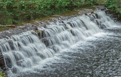 Pequeña cascada que fluye Imagen de archivo
