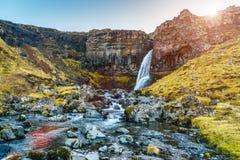 Pequeña cascada y una corriente de la montaña Imágenes de archivo libres de regalías