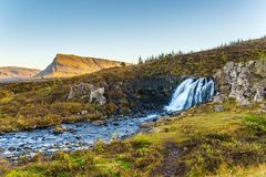 Pequeña cascada y una corriente de la montaña Imagen de archivo libre de regalías