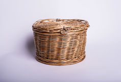 Pequeña cesta de mimbre en el fondo blanco, barril del vintage de la artesanía Imágenes de archivo libres de regalías