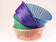 Pequeña cesta plástica en un fondo blanco Fotografía de archivo