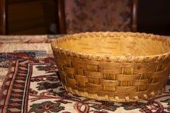 Pequeña cesta plana tradicional de la corteza de abedul para los productos Fotos de archivo