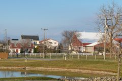 Pequeña charca, pequeños edificios, y casa en una escena rural, el condado de Lancaster, PA de la granja fotos de archivo libres de regalías
