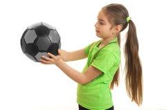 Pequeña chica joven con el balón de fútbol Fotos de archivo libres de regalías