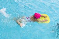 Pequeña chica joven en piscina Fotografía de archivo libre de regalías