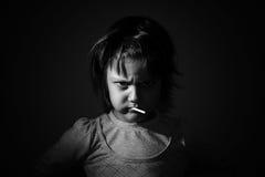 Pequeña chica joven enojada hermosa imagenes de archivo