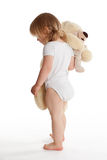 Pequeña chica joven que abraza Teddybear Foto de archivo