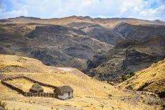Pequeña choza campesina en montañas Foto de archivo