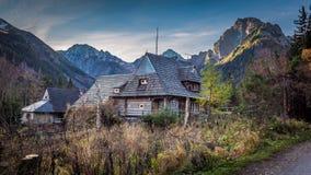 Pequeña choza en el medio de las montañas en otoño Foto de archivo