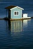 Pequeña choza flotante azul Fotografía de archivo libre de regalías