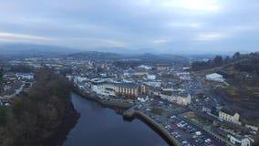 Pequeña ciudad al lado de un río y de un x28; drone& x29; foto de archivo