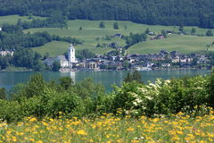 Pequeña ciudad austríaca por el lago de Wolfgangsee Imagenes de archivo