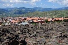 Pequeña ciudad cerca del volcán el Etna. Fotos de archivo libres de regalías