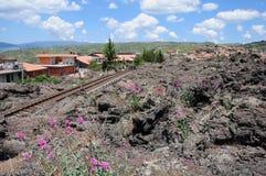 Pequeña ciudad cerca del volcán el Etna. Fotografía de archivo libre de regalías