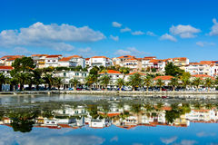 Pequeña ciudad colorida en el mar adriático Fotos de archivo