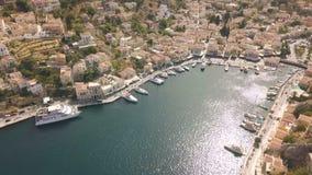 Pequeña ciudad con las casas coloridas en la isla de Symi metrajes