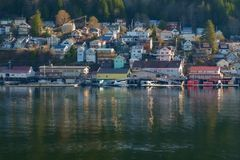 Pequeña ciudad de Alaska del puerto imagenes de archivo