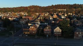 Pequeña ciudad de establecimiento aérea al revés de levantamiento de Pennsylvania del tiro en la puesta del sol almacen de metraje de vídeo