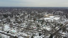 Pequeña ciudad de la visión aérea después del nevadas almacen de metraje de vídeo