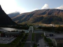 Pequeña ciudad de Noruega cerca de las montañas Imágenes de archivo libres de regalías
