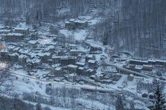 Pequeña ciudad debajo de la nieve imágenes de archivo libres de regalías