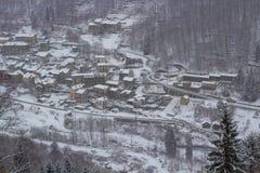 Pequeña ciudad debajo de la nieve imagen de archivo