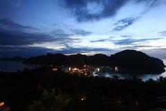 Pequeña ciudad del paisaje de la noche Imagen de archivo libre de regalías