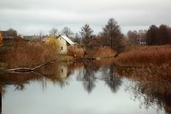 Pequeña ciudad en el otoño de la orilla del río foto de archivo