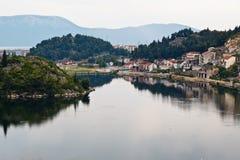 Pequeña ciudad en el río de Neretva en Croatia Fotografía de archivo libre de regalías