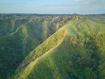 Pequeña ciudad en las colinas verdes Fotografía de archivo libre de regalías