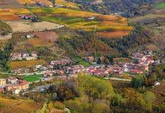 Pequeña ciudad entre las colinas otoñales en Italia Imagen de archivo libre de regalías