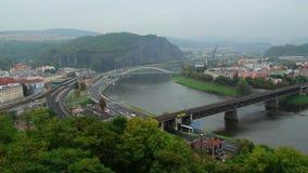 Pequeña ciudad industrial, scape de las montañas del tráfico de coche de los puentes del río almacen de metraje de vídeo