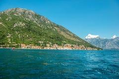Pequeña ciudad Perast, bahía de Kotor Boka Kotorska, Montenegro Visión desde foto de archivo