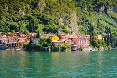 Pequeña ciudad rodeada por como Italia del lago grande, lago Foto de archivo