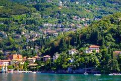 Pequeña ciudad rodeada por como Italia del lago grande, lago Fotografía de archivo