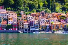 Pequeña ciudad rodeada por como Italia del lago grande, lago Foto de archivo libre de regalías