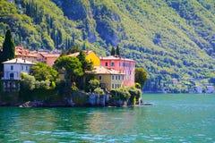 Pequeña ciudad rodeada por como Italia del lago grande, lago Imagenes de archivo